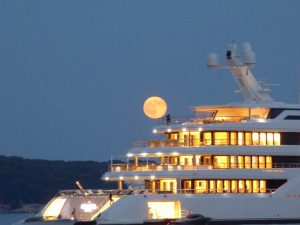 apéro-baignade à bord de notre voilier.