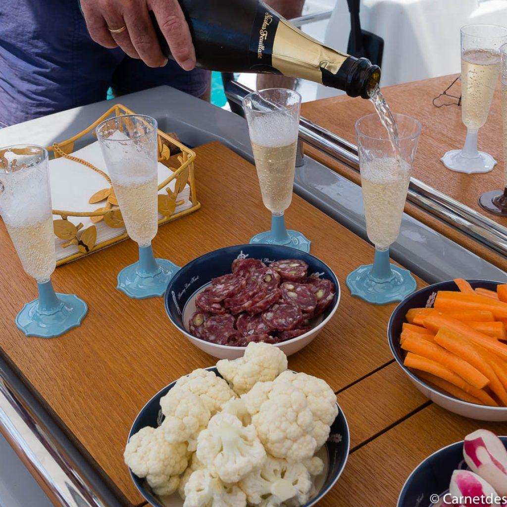 Apéritif légumes crus, saucisson et Champagne.